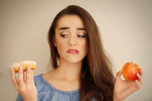 Dame, Apfel oder Süssigkeiten