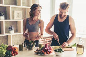 Paar kocht gesund