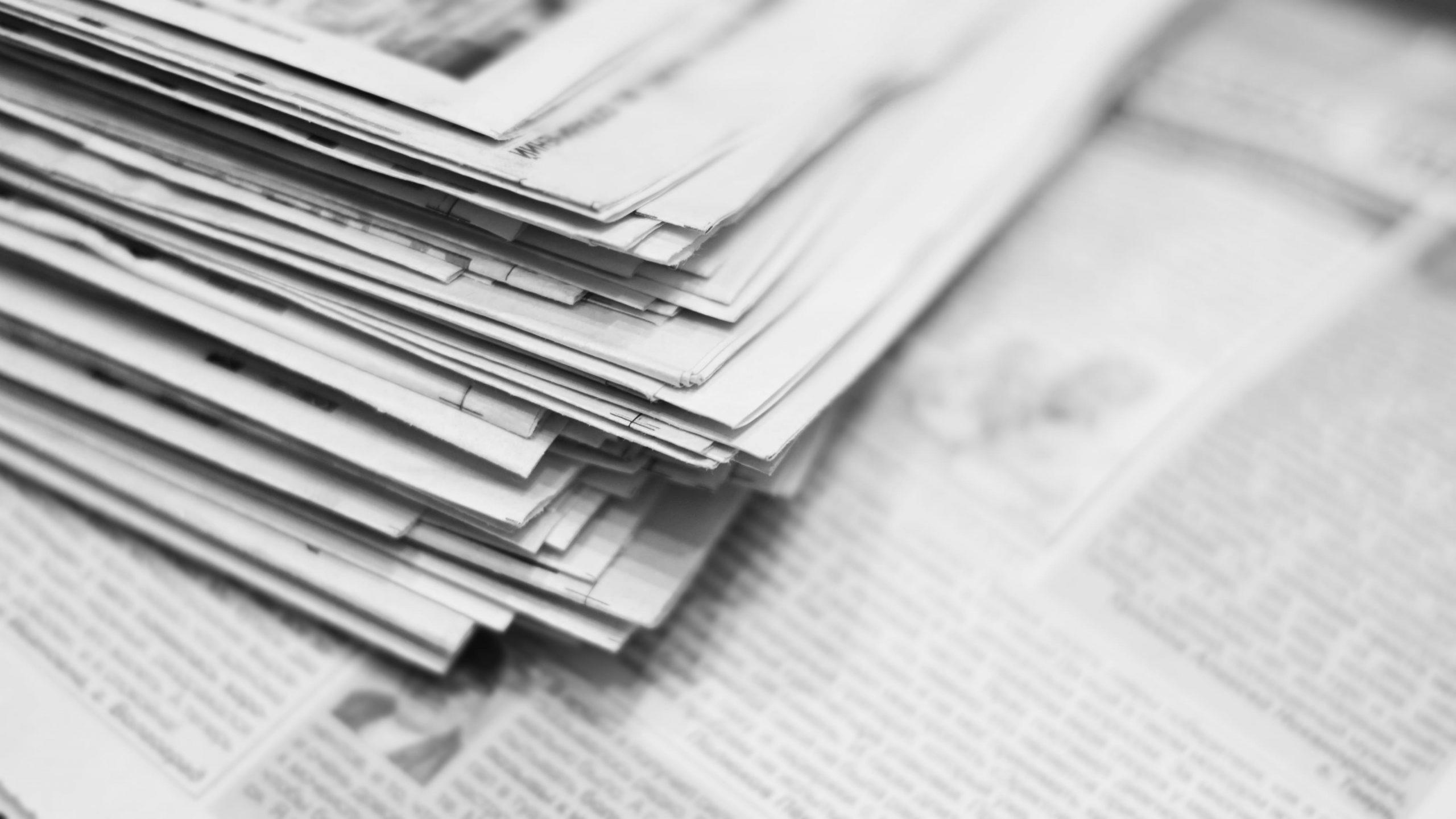 Zeitungspapier aufgeklappt