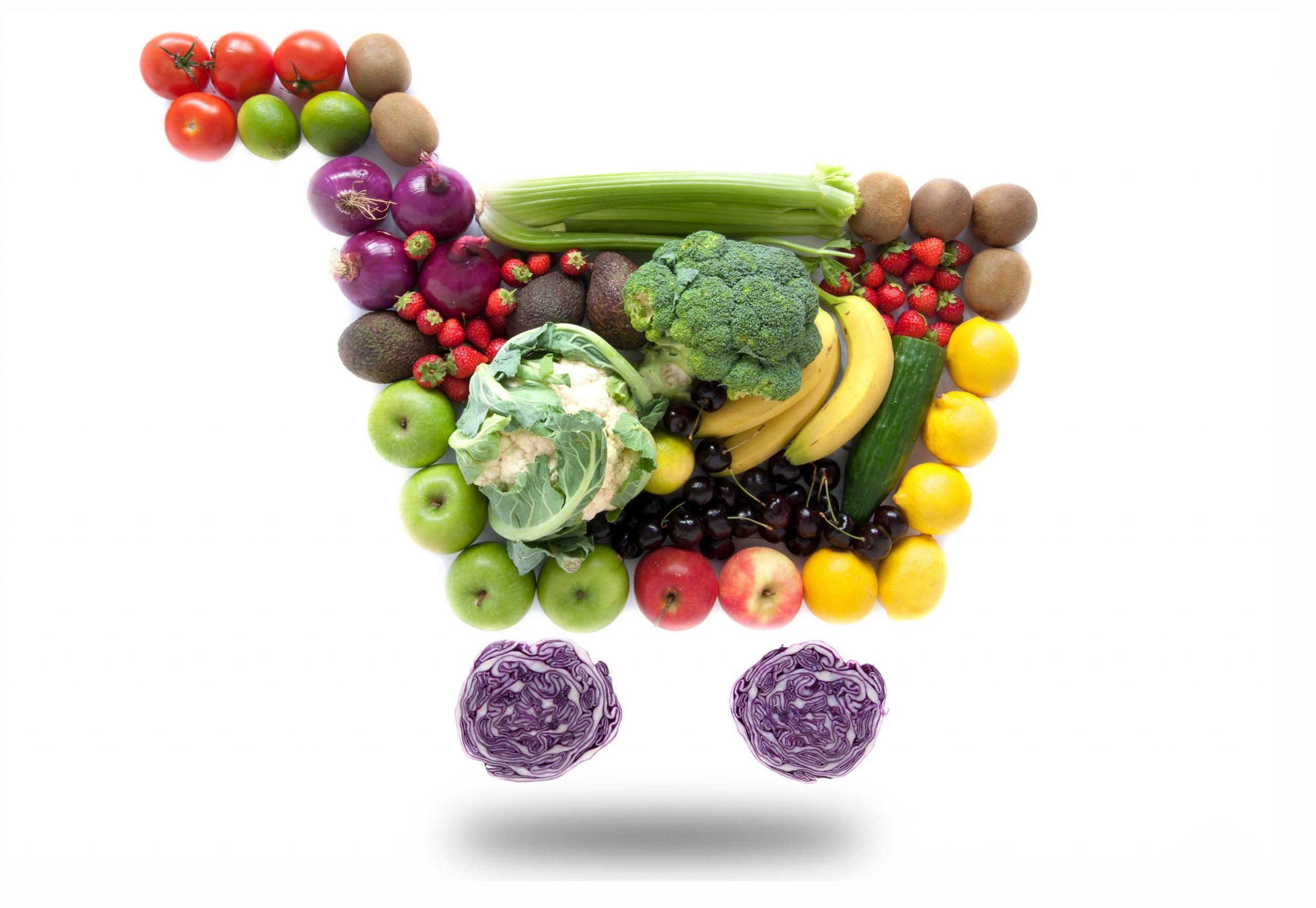 Einkaufskorb mit Obst und Gemüse aus dem Online Supermarkt