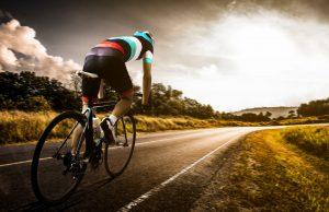 Rennradfahrer auf der Straße