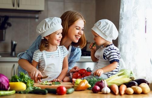 Kochen von gesunder Ernährung bei Kindern mit Mutter