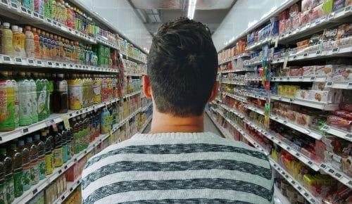 Mann bei Kaufland Lebensmittel einkaufen