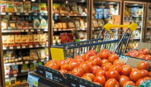 Lebensmittelgeschäft mit Einkaufskorb