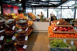 Markt mit Früchten und Personal
