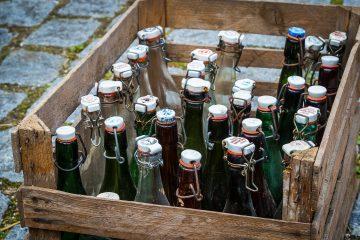 Getränke Lieferservice liefert Getränke in einer Kiste